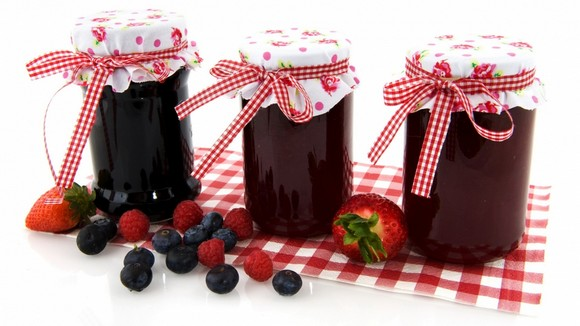 11-jam-jars-strwaberries-on-a-table
