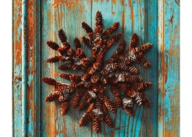 13-pinecones-pine-fir-spruce-cones-home-decor-Christmas-decoration-ideas-eco-style-entrance-door-vintage-shabby-paint-blue-wreath-snowflake-shaped