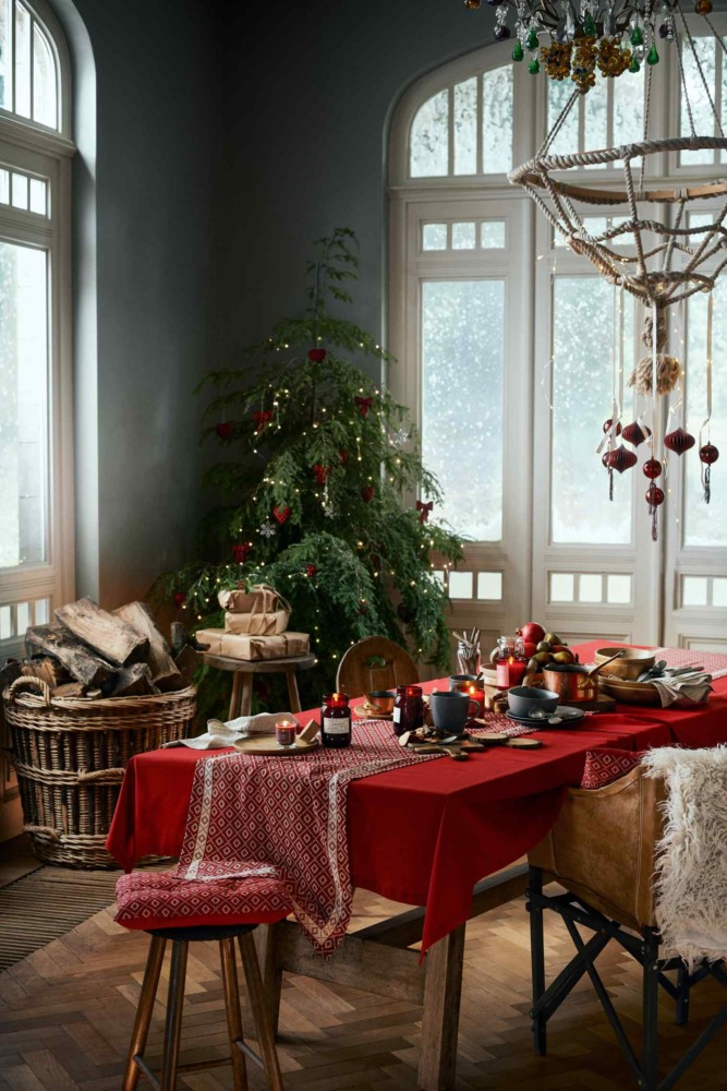 3-1-new-Christmas-2017-collection-of-home-decor-interior-design-by-H&M-Home-living-dining-room-decoration-tree-woodfire-wicker-basket-red-tablecloth-festive-table-setting-chandelier