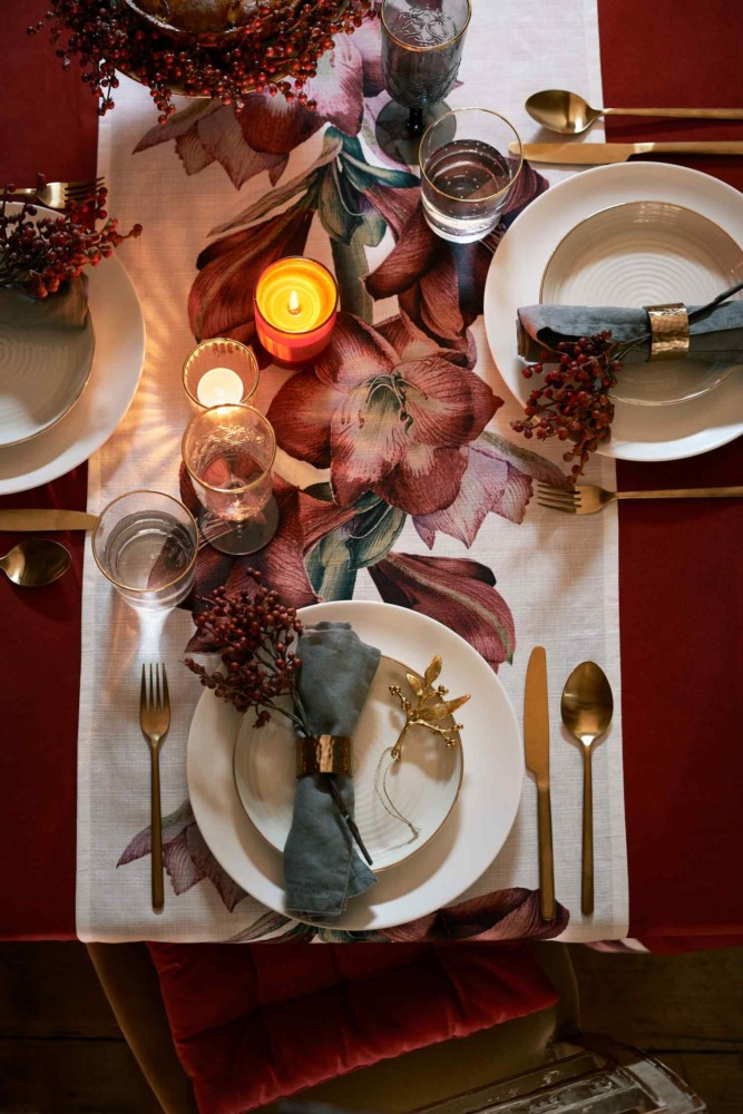 3-2-new-Christmas-2017-collection-of-home-decor-interior-design-by-H&M-Home-festive-table-setting-tablecloth-table-runner-red-green-napkins-candles-tableware-cutlery-golden-decor
