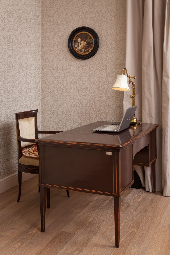 3-3-classical-elegant-English-style-interior-design-study-home-office-brown-wooden-desk-chair-lamp-laptop-oak-floor-ornamental-wallpaper