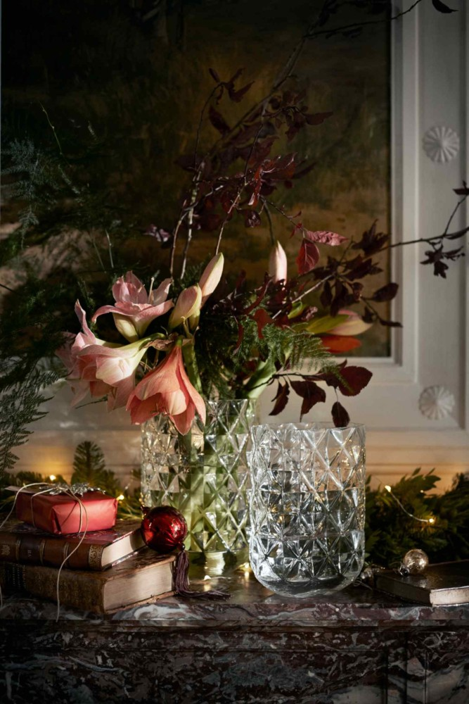 4-1-new-Christmas-2017-collection-of-home-decor-interior-design-by-H&M-Home-cut-glass-flower-vase-crystal-flowers-books-balls-art