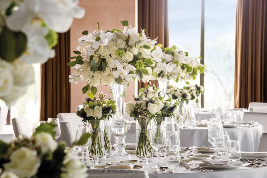 4-2-Bvlgari-hotel-beijing-luxurious-interior-design-China-ballroom-dining-room-restaurant-table-setting-white-flowers