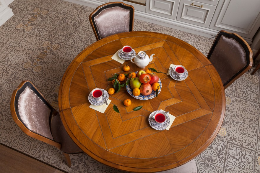 4-2-classical-elegant-English-style-interior-design-dining-room-wooden-round-table-parquet-boards-tea-table-setting-chairs-floor-tiles
