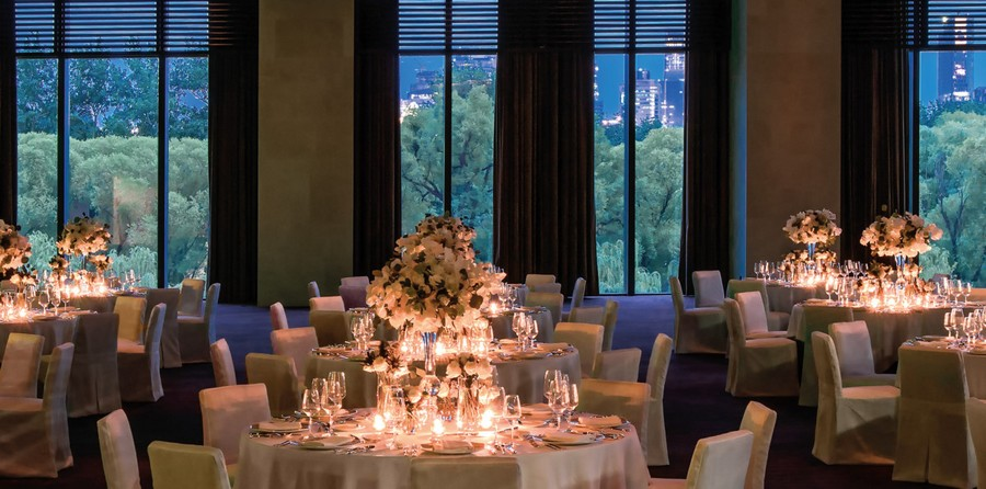 4-4-Bvlgari-hotel-beijing-luxurious-interior-design-China-ballroom-dining-room-restaurant-table-setting-white-flowers