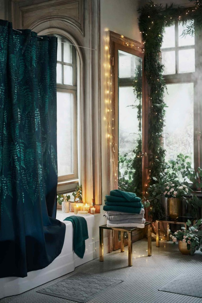 5-1-new-Christmas-2017-collection-of-home-decor-interior-design-by-H&M-Home-bathroom-with-arched-windows-high-ceiling-beige-floor-emerald-green-towels-shower-curtain