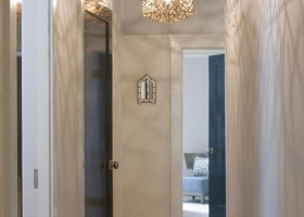 5-narrow-hallway-decoration-decor-interior-design-light-walls-light-floor-parquet-creative-fanciful-chandeliers-shadow-light