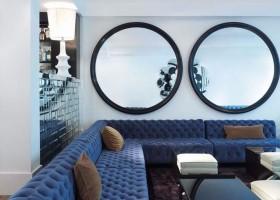 0-big-round-mirror-in-interior-design-home-decor-living-room-lounge-big-blue-capitone-sofa-white-walls-coffee-table
