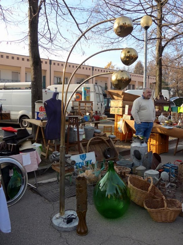 1-5-European-Italian-flea-market-photo-items-sale-antiquities-metal-floor-lamp-bottles-baskets