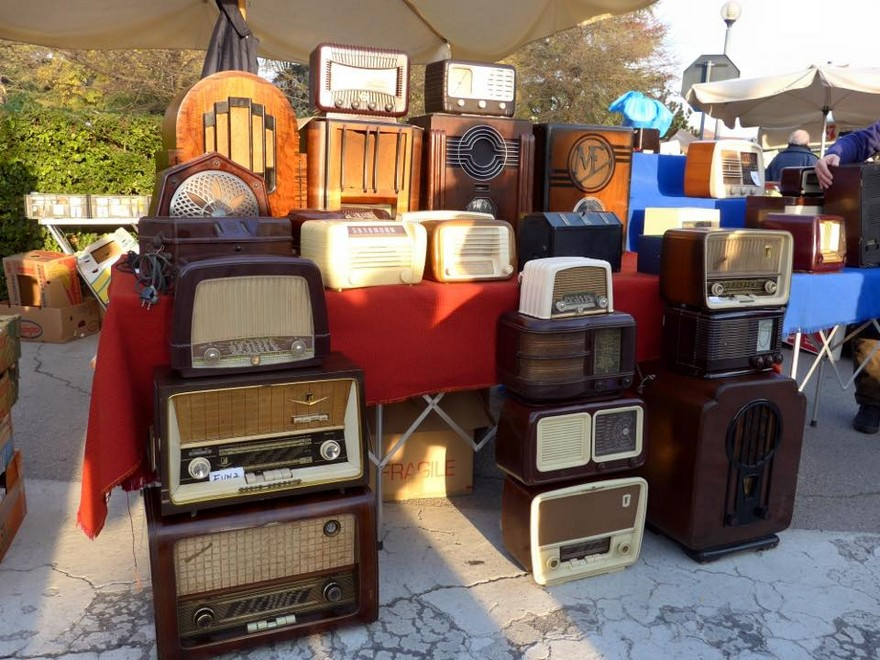 1-6-European-Italian-flea-market-photo-items-sale-antiquities-retro-style-radio-receivers-record-players