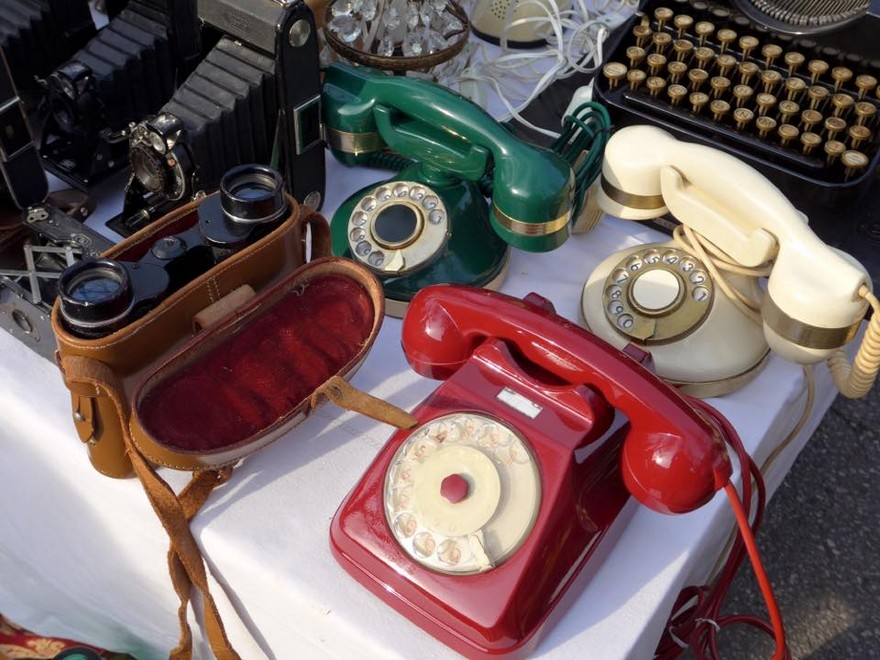 9-2-European-Italian-flea-market-photo-items-sale-antiquities-retro-style-vintage-phones
