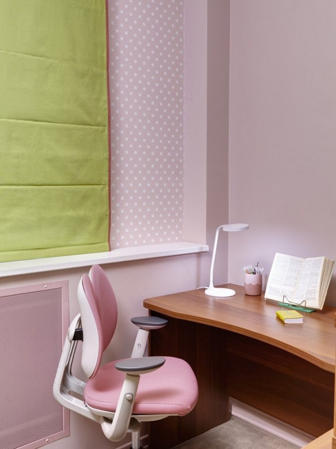 5-girls-room-interior-design-green-pink-roller-blinds-study-area-desk-chair-lamp-polka-dot-pattern