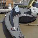 7-innovative-swing-bridge-over-the-river-hull