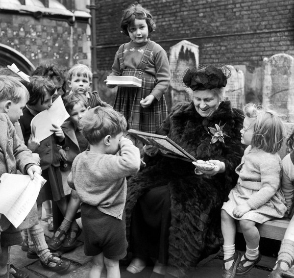 0-maria-montessori-with-kids-children