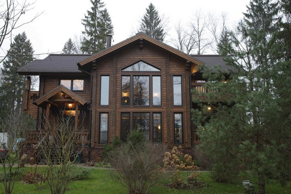 0-vintage-american-country-style-wooden-house-face-panoramic-windows