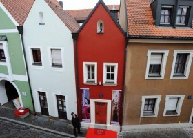 0-world's-smallest-hotel-guinness-book-records-face-of-building
