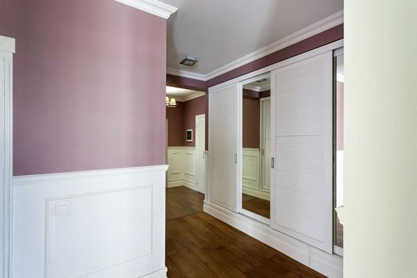 1-english-interior-style-white-victorian-baseboard-pink-walls-white-closets-hallway