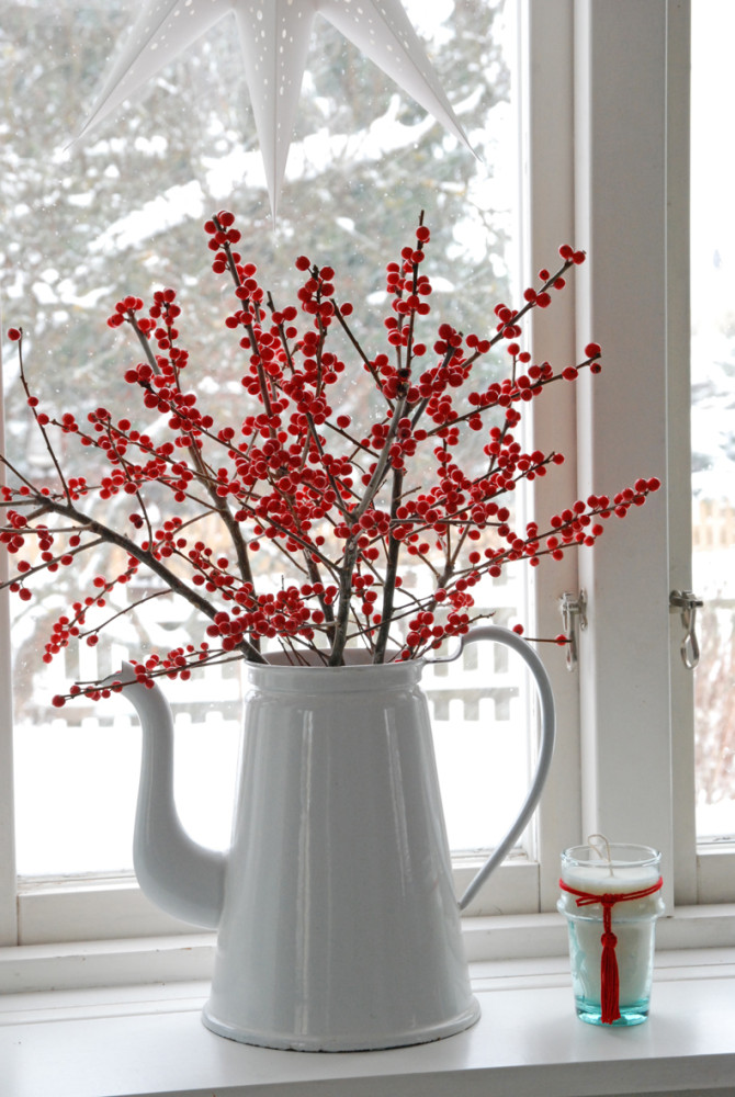 10-chritsmas-window-decorations-white-teapot-red-beer-winter