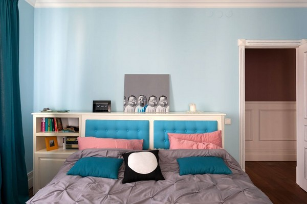 10-english-interior-style-bedroom-blue-walls-curtains-victorian-baseboard