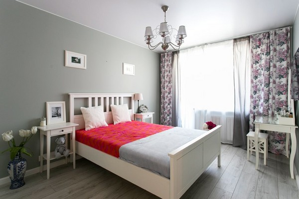 10-white-provence-style-bedroom-wooden-bed-flowery-curtains-blinds-pattern