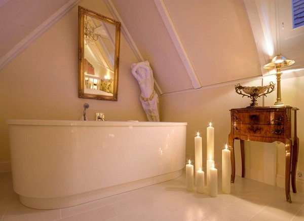 10-world's-smallest-hotel-guinness-book-records-romantic-classical-style-bathroom-tall-candles-gold-plated-mirror-plaster-statue