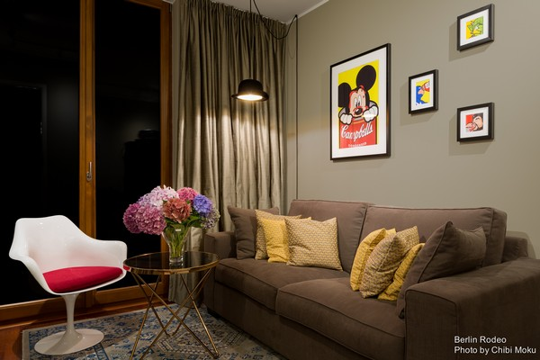 13-bachelor-pad-interior-modern-style-guest-bedroom-gray-sofa-gray-walls-white-arm-chair