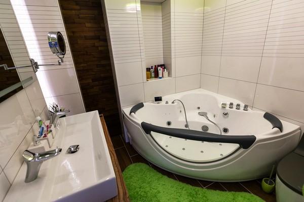 13-minimalistic-Scandinavian-style-apartment-white-walls-bathroom-brown-floor-tiles