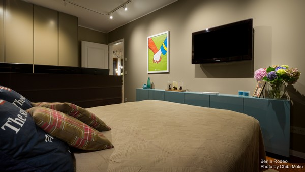 15-bachelor-pad-interior-modern-style-blue-chest-of-drawers-beige-walls-track-lights-modern-painting