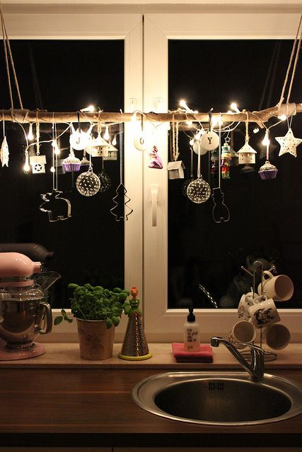 15-christmas-window-decorations-cookie-cutters-garland