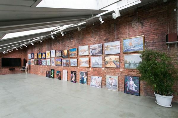 15-creative-interior-design-artist's-apartment-studio-artworks-paintings-brick-wall-skylights-art-gallery-track-lights