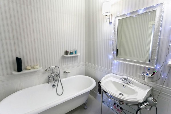 15-english-interior-style-bathroom-vertical-stripes-wall-tiles-english-sanitary-porcelain-bathtub-elegant-wash-basin