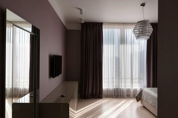 15-minimalist-style-bedroom-light-narrow-plank-wood-floor-purple-curtains