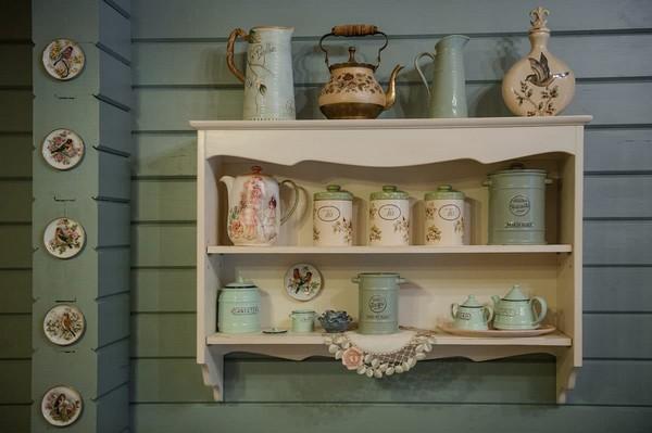 15-vintage-style-beige-and-turquoise-sauna-interior-rest-living-room-bird-theme-decor-pattern-decorative-plates-tableware