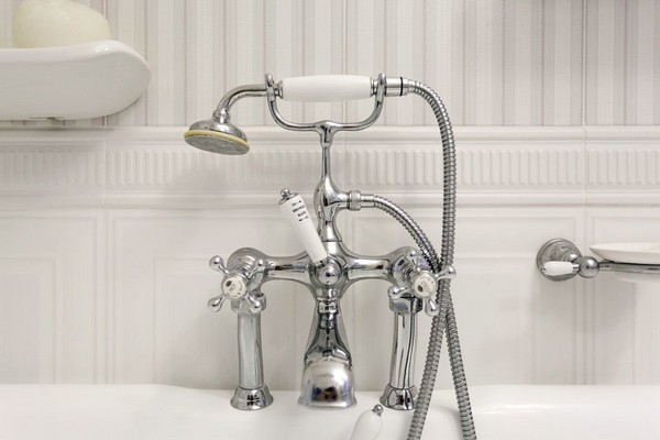 16-english-interior-style-bathroom-water-tap-retro-shower-vertical-stripes-wall-tiles