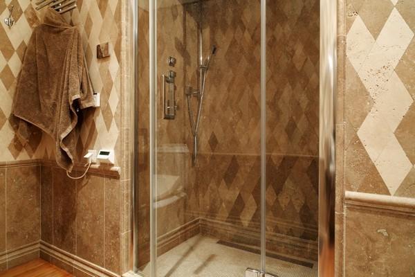 19-English-interior-style-bathroom- shower-rombus-diamond-shaped-marble-wall-tiles-travertine-tiles (2)