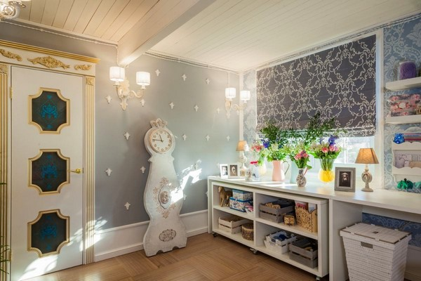 2-1-provence-gustavian-style-work-room-workshop-grayish-blue-walls-white-wooden-ceiling-wall-decor-mora-clock-replica-white-door-golden-patina-roman-blinds-curtains