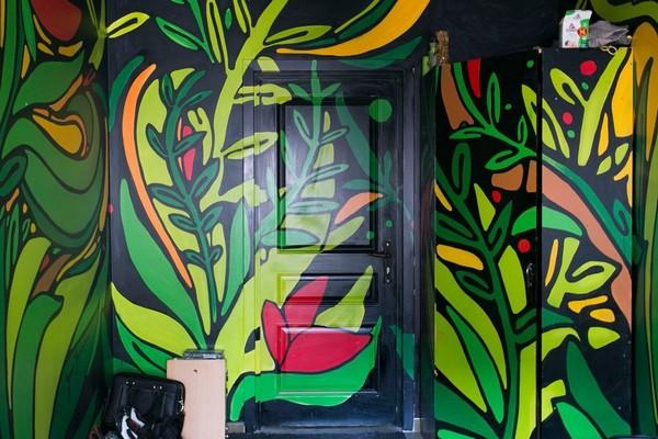 2-creative-interior-design-artist's-apartment-studio-artworks-paintings-on-the-walls-and-door