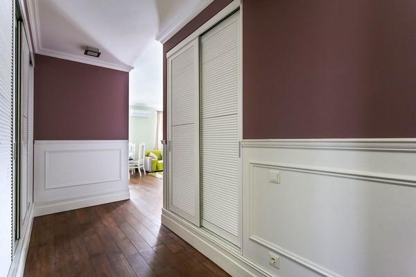 2-english-interior-style-white-victorian-baseboard-pink-walls-white-closets-hallway