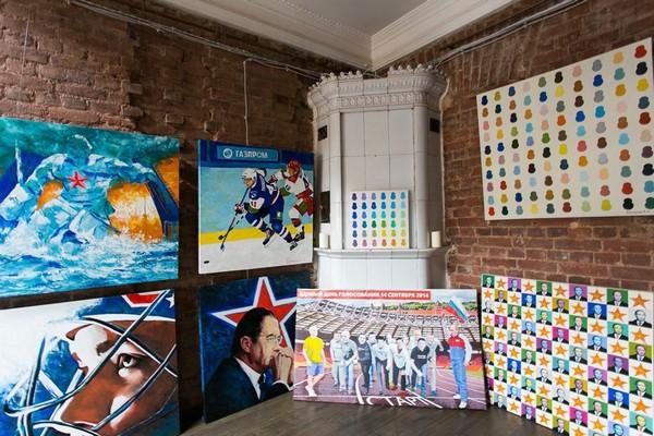 21-creative-interior-design-artist's-apartment-studio-artworks-paintings-functioning-tiled-stove