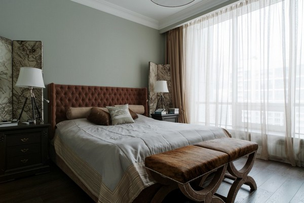 22-English-interior-style-bedroom-textile-headboard-white-bedside-lamps-beige-curtains-brown-ottoman (2)