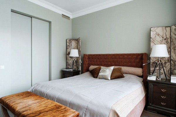 26-English-interior-style-bedroom-textile-headboard-white-bedside-lamps-brown-ottoman-walk-in-closet-white-sliding-doors (2)