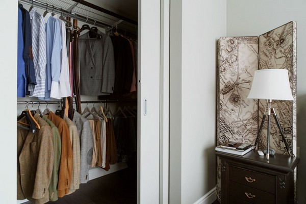 27-English-interior-style-walk-in-closet-white-bedside-lamp-bedroom (2)