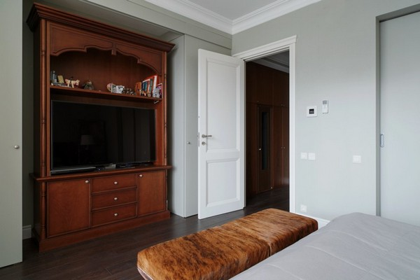 28-English-interior-style-bedroom-bureau-chest-of-drawers-brown-ottoman-white-door-white-walls-invisible-wardrobes (2)
