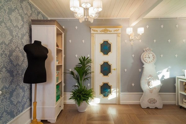 3-1-provence-gustavian-style-work-room-workshop-grayish-blue-walls-white-wooden-ceiling-wall-decor-mora-clock-replica-mannequin-white-door-with-architrave-carved-trims-golden-patina