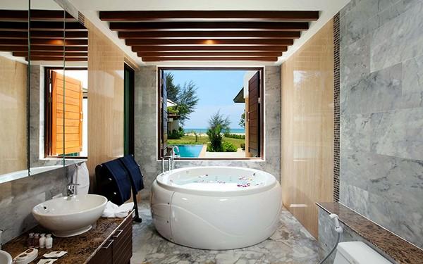 3-2-bathroom-interior-design-modern-style-round-bathtub-ceiling-beams-big-windows-marble-wall-tiles