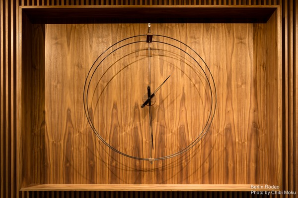 3-bachelor-pad-interior-big-designer-clock