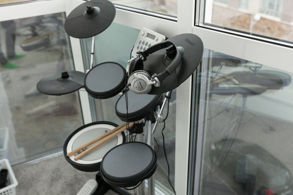3-minimalistic-Scandinavian-style-apartment-drums-on-the-balcony