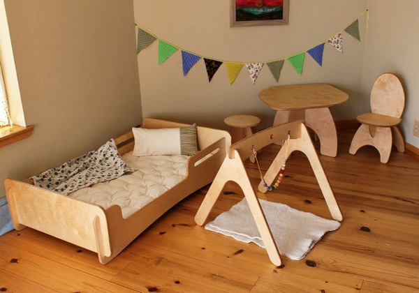 5-1-maria-monterssori-toddler-room-floor-bed-low-chair-low-desk-table