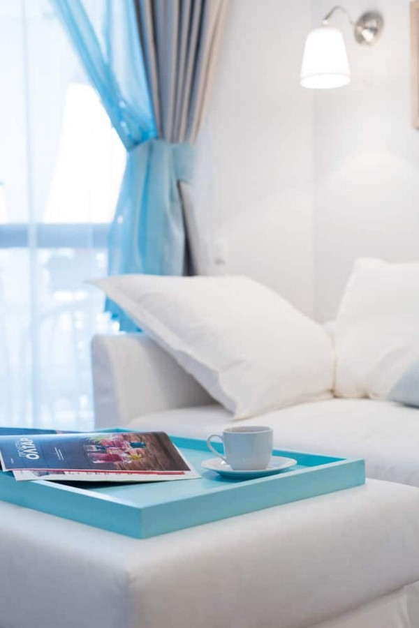 5-fresh-and-airy-white-and-blue-studio-apartment-interior-design-tray-coffee-table
