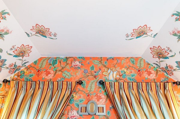 5-orange-white-green-color-floral-pattern-russian-provence-attic-floor-interior-design-latex-digital-printing-on-walls-and-ceiling-stripy-curtains